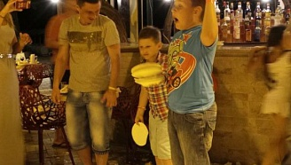 Greek tradition of breaking plates
